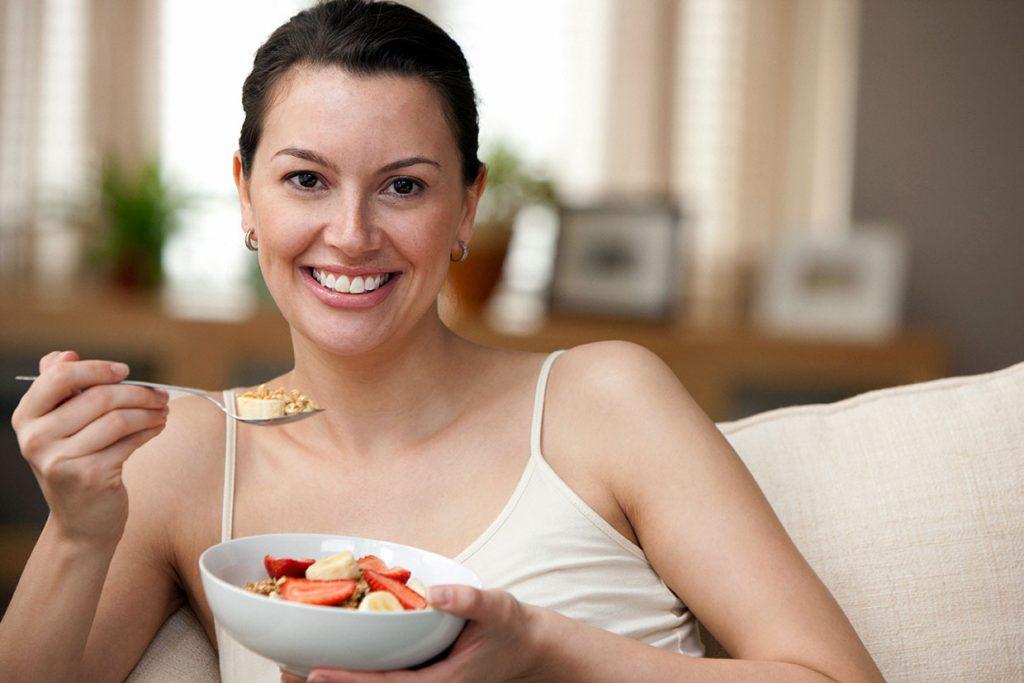 mulher comendo frutas