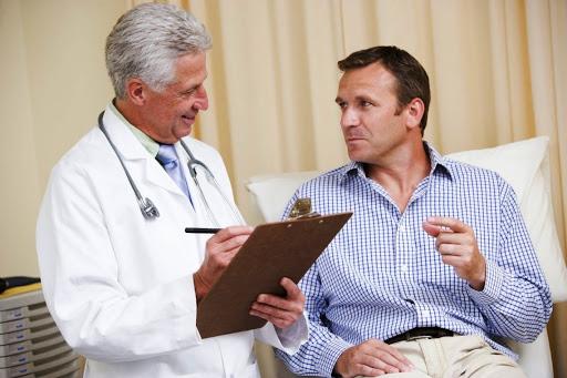 homem no médico