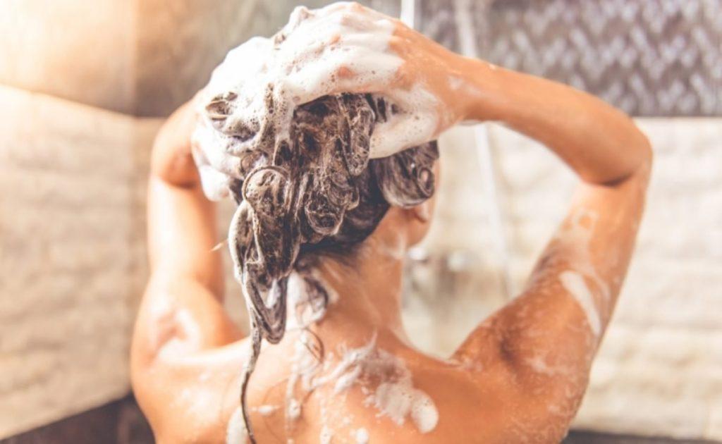 lavando o cabelo