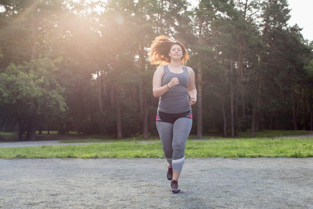 mulher acima do peso se exercitando